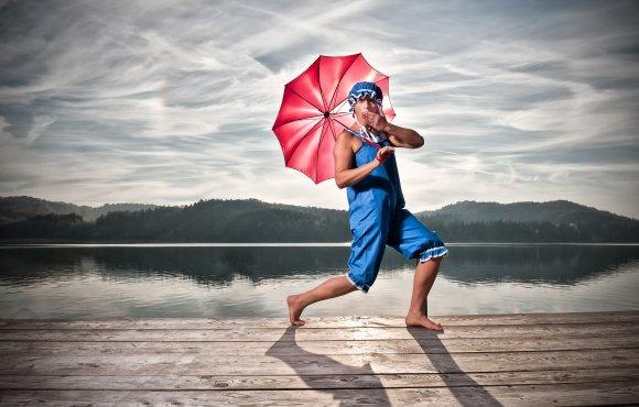 Badenixe mit Schirm